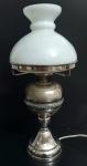 Belíssimo abajur em metal prateado, peça com corpo bojudo, base em forma de cone e cúpula em opalina leitosa, med. 39 x 18 centímetros
