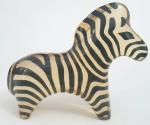 PALATNIK ABRAHAM - ( Natal, 19 de fevereiro de 1928- Rio de Janeiro, 9 de maio de 2020) . Linda escultura em resina de poliéster, peça representando zebra , apresenta etiqueta original,  med. 11,5 x 14,5 centímetros.
