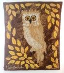 LUIZ ADOLPHO BALLALAI - Linda tapeçaria em lã, peça ilustra bela coruja em tons harmônicos, assinada no canto inferior esquerdo e assinada no verso, med. 61 x 50 centímetros.