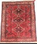 TAPETE PERSA  - tapete feito a mão em lã sobre lã,  desenhos tribais e cores quentes, med.  1,06 x 0,80