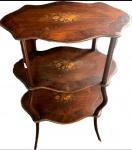 Linda e delicada mesa em madeira maciça, três tampos folheados em jacarandá e lindo trabalho em macheterri representando ramalhetes com rosas, med. 78 x 51 x 32 centímetros.