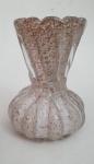 MURANO -  Lindo vaso em vidro murano leitoso, com belo trabalho canelado torcido e pó de ouro, med. 16 x 12,5 centímetros.