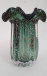 MURANO -  Lindo vaso em vidro murano, na cor verde esmeralda, com trabalho canelado em alto relevo e pó de ouro, med. 20 x 16 centímetros.