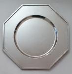 Seis sousplat em prata 90, peças em trabalho liso oitavado com borda trabalhada em baixo relevo,  med. 30 centímetros.