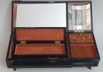 Antiga caixa de musica a corda chinesa, med. 16 x 45 x 15 centímetros.