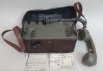 Antigo telefone militar da marca Iwatsu segunda guerra, case original em couro, manual de instruções em muito bom estado, med. 17 x 26 x14 centímetros.