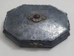 Caixa de joias em metal com decoração em arabescos e volutas, med. 6 x 25 x 16  centímetros.
