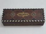 Linda caixa em madeira maciça árabe, peça com belíssimo trabalho em macheterri,  med.  7 x 32 x 12 centímetros.