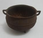 Antigo caldeirão em ferro forge, med. 11 x 17 centímetros.