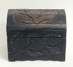 Antigo baú em madeira maciça, todo entalhado a mão,  med. 24x 30x 22x