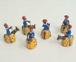 Seis lindas esculturas representado cavaleiros em argila policromada , med. 5,5x  5x