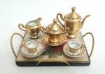 Linda miniatura de jogo de chá em porcelana, composta por nove peças sendo; 2 xícaras, bule de chá, leiteira, açucareiro e bandeja,  tamanho da maior peça. 13x 9 centímetros.