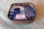 belíssima caixa porta joias chinesa circa 1900 confeccionada em metal prateado cinzelado com acantos - e tampo confeccionado em porcelana BLUE AND WITE  decorada com passado med 10x10x15 cm