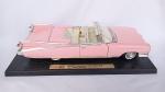 Cadillac Eldorado Biarritz 1959 na cor rosa - Linda miniatura na escala 1/18 fabricado pela Yat Ming. Com a base original. Abre portas, capô e mala. Os pneus são em borracha e as rodas giram livremente. As rodas esterçam com o volante. Mede aprox. 32cm de comprimento. O encosto do banco do passageiro está quebrado (veja foto).