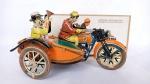 Brinquedo antigo de lata - Linda releitura fabricada na China. Uma moto ou motocicleta antiga com sidecar e a figura do piloto e de um tocador de corneta. A caixa mede 18cm e o brinquedo 17cm. Funcionando a corda (poderá ser solicitado o vídeo de funcionamento via whatsapp). Não acompanha chave de corda