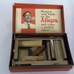 MARAVILHOSO aparelho para afiar Lâminas de Barbear marca ALLEGRO, fabricado na Suíça, na caixa original com as instruções originais e couro para reposição.