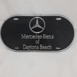 Linda placa de automóvel americana, para uso na dianteira, Mercedes Bens of Daytona Beach. A placa mede 15 x 31 cm