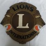 ANTIGA E MARAVILHOSA PLACA EM COURO DO LIONS INTERNATIONAL, COM A FIGURA DE UM LEÃO NAS LATERAIS. Mede aprox. 45,7 cm de altura por 47 cm de largura. Contém pequena corrente para pendurar na parede.
