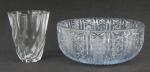 Duas peças em demi cristal translúcido, sendo bowl lapidado com estrelas, rosetas e sulcos, e vaso francês localizado France em relevo na base, com facetados e gomos curvos. Med. bowl 9,5x23,5cm e Alt. vaso 13cm.