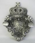 Cinzeiro na forma de brasão português, em prata contrastada Porto Águia, com duas moedas de Carlos I Rei de Portugal. Peso 235g. Med. 4x21x15,5cm.