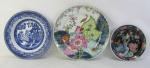 Três pratos decorativos em porcelana, sendo um português da manufatura Vista Alegre, com decoração folha de tabaco, outro com decoração pombinhos e o outro japonês, com pintura esmaltada de flores, frutas e pássaro. Diam. maior e menor 27,5 e 18,5cm.