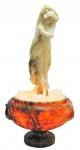 """Escola Italiana - Assinatura Ilegível - Excepcional e imponente luminária européia, com influencia art-noveau, sendo a base na forma de ânfora esculpida em alabastro de 2 tons, trabalhada em sulcos e gomos, tendo em seu interior local para 1 lâmpada. Parte superior formada por bela escultura solta (de encaixe), representando """"Jovem semidesnuda"""". Med. 68x35cm."""