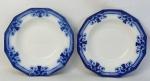 Par de antigos pratos azul borrão de coleção, em porcelana inglesa Johnson Bros, decorados com flores, folhas, perolados e arabescos. Marca da manufatura no verso. Diam. 23cm.