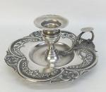 Palmatória em prata portuguesa, contraste Javali com trabalhos de vazados, flores, folhas e volutas. Borda em ondulações. Med. 9x19x19cm.