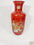 -Vaso em porcelana oriental  tons   vermelho  ricamente decorado. Medida 37 cm altura x 11,5 cm diametro