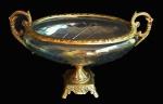 Espetacular e grande centro de mesa em cristal ricamente lapidado e guarnições em metal dourado todo trabalhado. Medidas 19x35cm e 13 cm de altura.