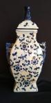 Jarro com tampa em espetacular e magnífica porcelana oriental azul e branca ao estilo Ming. Medida 40 cm de altura.