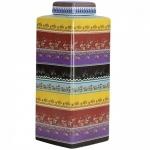 Enorme potiche de porcelana oriental ricamente policromada e colorida. Medida  41 cm de altura.