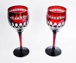 Par de taças para vinho, ricamente lapidadas e em tom vermelho. Peças em excelente estado e sem uso.