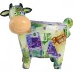 Exótica, grande e diferente vaca de porcelana todo policromado com símbolos de cédulas. Medida 19x21 cm.