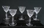 CRISTAL BACCARAT. Conjunto de cinco taças para vinho branco no estilo BACCARAT em cristal translúcido, lapidação dedão, haste facetada, base em bolacha. Med. 15, 5 x 8 cm diâmetro. Com mínimos bicados.