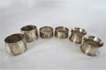 Seis (06) argolas porta guardanapos em metal espessurado a prata, um par da famosa manufatura francesa Christofle. Med: 3 cm x 5 cm de diâmetro.