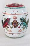 Antiga Urna oriental em porcelana. Corpo com representações de Cães de Fó em policromia. Med. 13 x 10 cm.