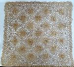Toalha de mesa quadrada na cor marrom, com delicado trabalho de crochê em fina linha. Med. 105 x 105 cm.