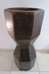 Grande e antigo pilão em madeira esculpido em tronco único. Acompanha um soquete. Med. pilão 84 cm alt x 36 cm diâmetro, soquete 58 cm comprimento.