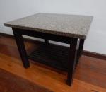 Mesa de canto em madeira, design dos anos 60, parte inferior ripada, tampo em granito rajado. Med. 38 x 50 x 40 cm.