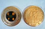"""Medalha comemorativa confeccionada em metal dourado da primeira medalha """"Olímpica de Ouro do Brasil VII Olimpíada de Tiro"""", verso logomarca da Confederação de Tiro Esportivo. Trata-se de uma cópia muito bem conservada. Med. 8,2 cm diâmetro."""