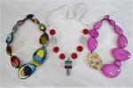 SOBRAL DESIGN- BIJUTERIAS DE ESTILO- Lote constando de 03 belíssimos maxi colares em contas de resina  ao gosto de Murano. Med.  29, 24 e 25 cm comprimento. Famoso designer Carlos Alberto Sobral .