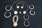 BIJUTERIAS DE ESTILO- Lote constando de 07 peças em pérolas sintéticas; Uma gargantilha, um broche, um anel e 03 brincos argolas. Med. gargantilha 12 cm, anel aro 20.