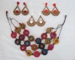 BIJUTERIAS DE ESTILO- Lote constando de 04 peças ; Uma gargantilha artesanal de três voltas com fios encerados e três brincos em madeira  nos tons vermelho, coral e branco. Med. gargantilha 27 cm comp.