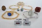 BIJUTERIAS DE ESTILO- Lote constando de 12 peças ; Três pulseiras com fios dourados, um bracelete prateado com pedras, um par de abotoaduras prateadas, dois pingentes olho grego, quatro anéis sendo um com olho de tigre. Med. pulseiras de fios 10 cm , bracelete 7 cm aberto, anéis 2 com aro 18 e dois aro 20.
