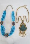 BIJUTERIAS DE ESTILO- Lote constando de dois belíssimos colares, um colar trançado de contas azul decorado com três pingentes em pedra turquesa, um colar dourado com pedra em resina no tom verde. Medidas 30 e 44 cm comp. abertos.