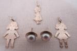 PRATA- Conjunto de três (03) pingentes representando meninas e brinco com pérola natural na cor cinza, em prata de lei. Med. pingentes 3 cm comprimento.