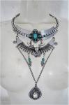 BIJUTERIAS DE ESTILO- Maxi colar prateado guarnecido com pedra turquesa. Med. 32 cm comprimento.