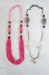 BIJUTERIAS DE ESTILO  Dois colares um em contas rosa, um prateado com pérolas em resina. Med. 80 cm aberto e 1,05 cm comp.