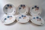 PORCELANA MZ - CZECHOSLOVAKIA - CIRCA 1900 - Seis pratos fundos, em fina porcelana Tcheca branca, com decoração floral no tom azul. Borda adornada com frisos dourados e guirlandas em alto relevo. marca da manufatura na base. Diâmetro: 24,5 cm.